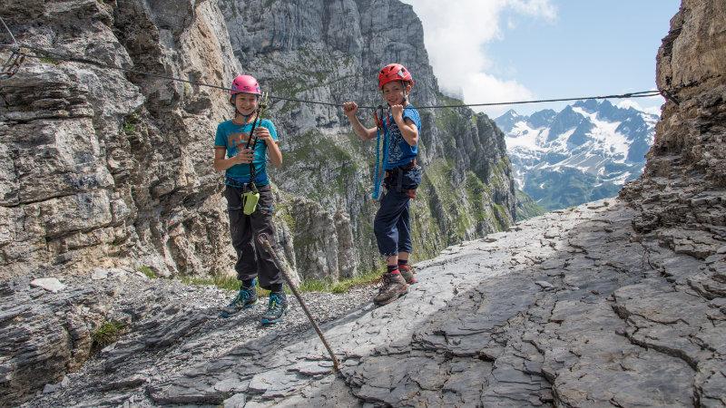 Abwechslungsreich zieht sich der Klettersteig durch eine fast senkrechte Felswand. Bietet aber immer wieder auch Verschnaufpausen.