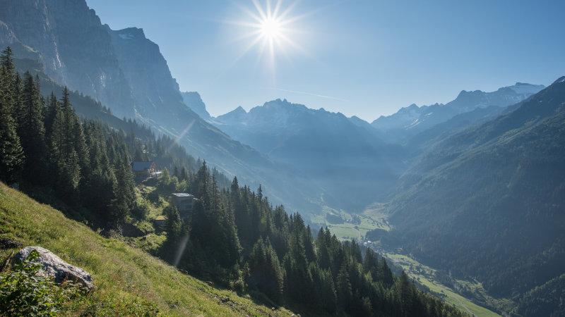 Das Berghaus Tälli im Gadmertal beim Anstieg zum Klettersteig im Morgenlicht.