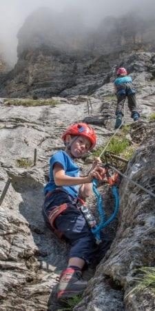 Der Umgang mit dem Klettersteigset muss hundertprozentig sitzen. Üben tut man dies im flachen Gelände.