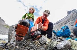 Beim Gletschertrekking sind die erwachsenen Begleiter gefordert. Sie müssen sich um Material, Routenwahl und Sicherheit kümmern.