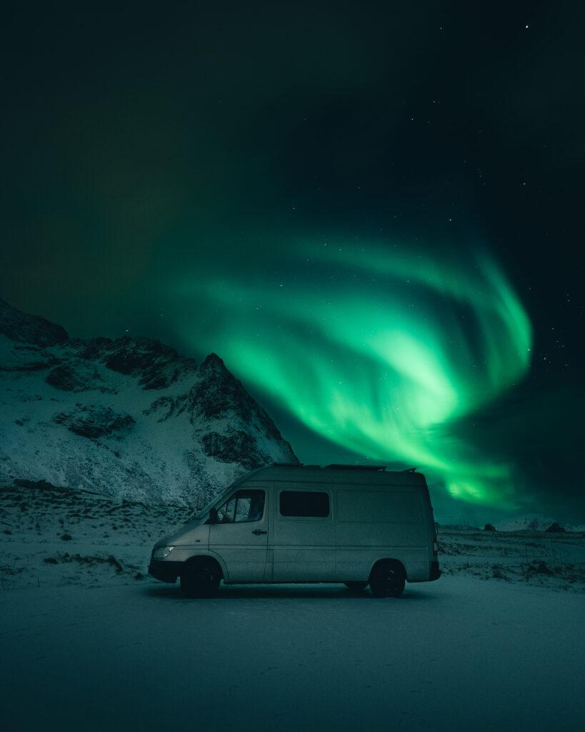 Van im Hintergrund Polarlichter